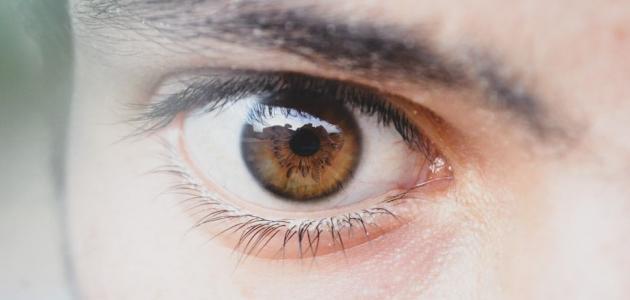 الماء الأزرق بالعين