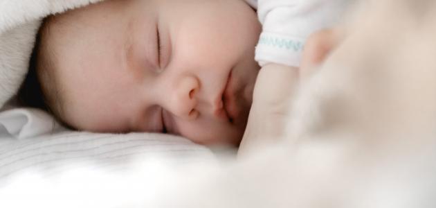 متى ينتظم نوم الطفل حديث الولادة