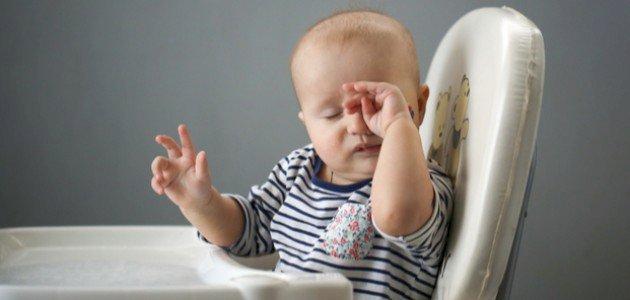 أسباب فرك العين عند الرضع