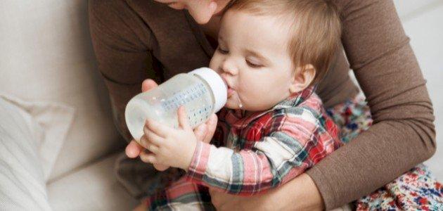 متى يشرب الطفل الحليب العادي