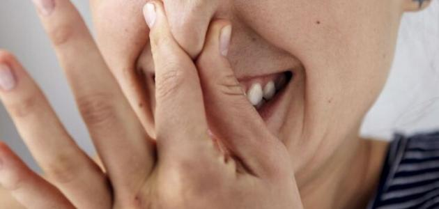 سبب رائحة الفم من الحلق