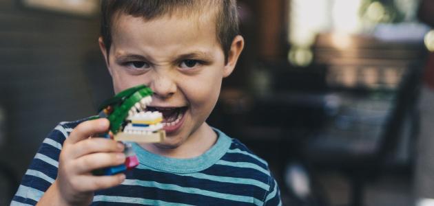 تغير لون أسنان الطفل: هل يعتبر مقلقًا