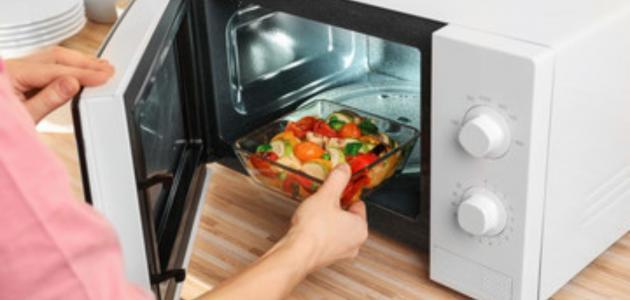 هل تسخين الطعام في الميكرويف ضار فعلاً؟