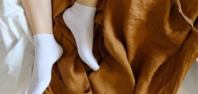 هل ارتداء الجوارب أثناء النوم مفيد أم ضارّ؟