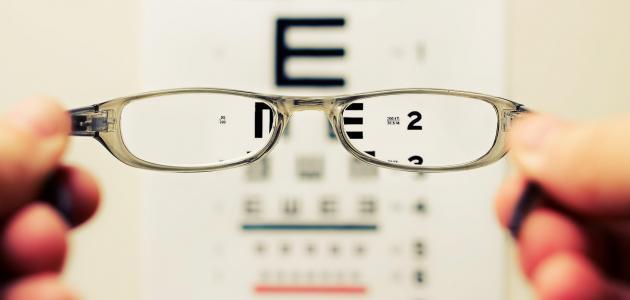 طبيب العيون وفني البصريات: ما الفرق بينهما؟