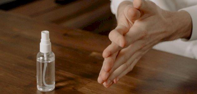 ما تأثير ثبات مادة الكحول على الجلد والجسم؟