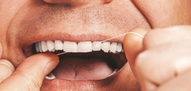 أيهما أفضل: تنظيف الأسنان بجهاز ضغط الماء أم خيط الأسنان الطبي؟