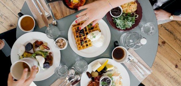 ما أهمية تناول وجبات الطعام في نفس الوقت يوميًا؟