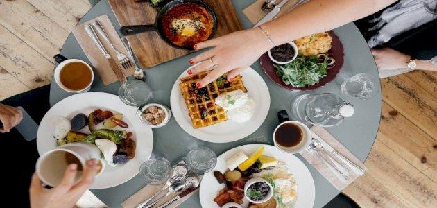 ما الوقت المناسب لتناول وجبة الفطور؟