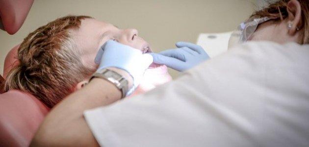 هل ظهور الأسنان الخلفية عند الطفل أمر خطير؟