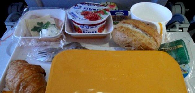 احذر تناول الطعام أو الشراب على متن الطائرة: ما السبب؟
