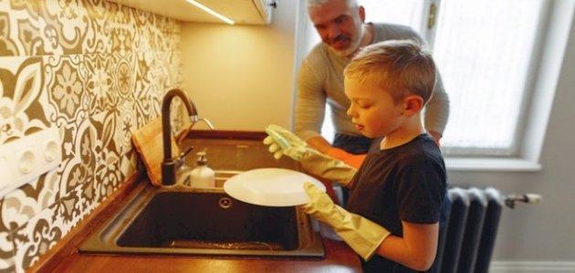 أعمال منزلية تناسب طفلك