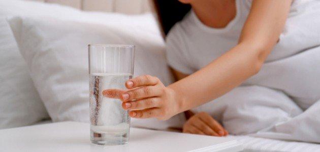 فوائد شرب الماء قبل النوم: يخلّص جسمك من السموم!