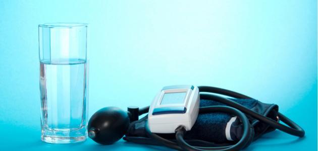 هل يمكن علاج ضغط الدم المرتفع بالماء؟
